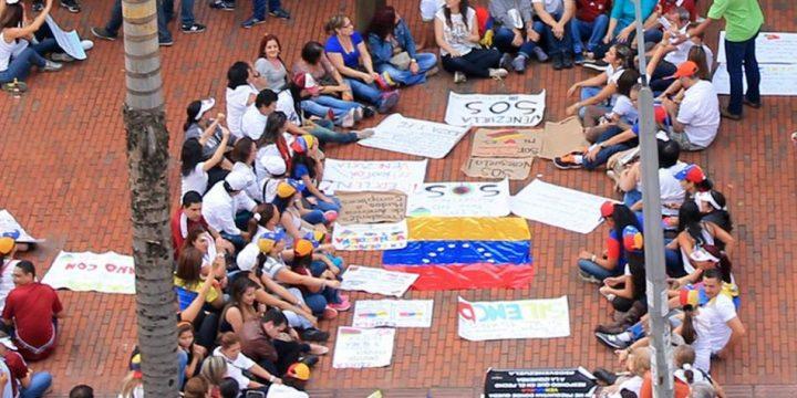Los efectos que traería regular el empleo para los venezolanos