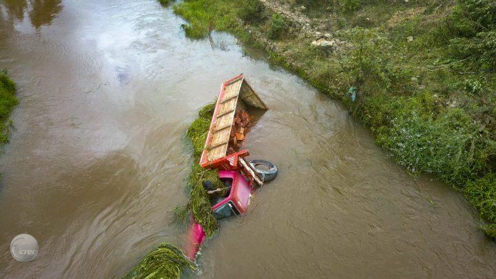 Por una equivocada maniobra un camión en Chía resultó en las aguas del Río Frío: la emergencia fue atendida por la Administración Municipal.