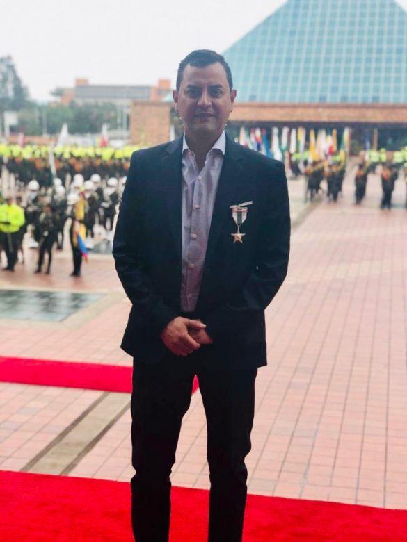POLICÍA NACIONAL Y GOBERNACIÓN DE CUNDINAMARCA CONDECORAN AL ALCALDE DE SOPÓ