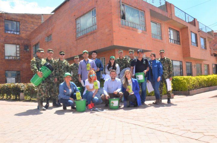 Más de 3 mil envases plásticos para mejorar el aprovechamiento de residuos fueron entregados en el sector El Cairo.