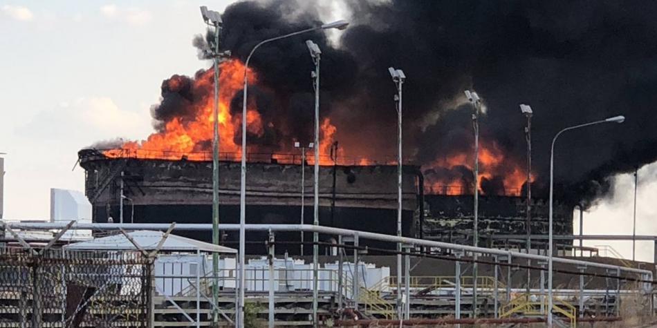 Tres tanques de almacenamiento de petróleo se incendian en Venezuela
