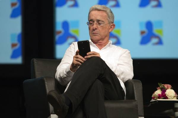La polémica propuesta de Uribe para gastar el dinero destinado para los desmovilizados de las Farc