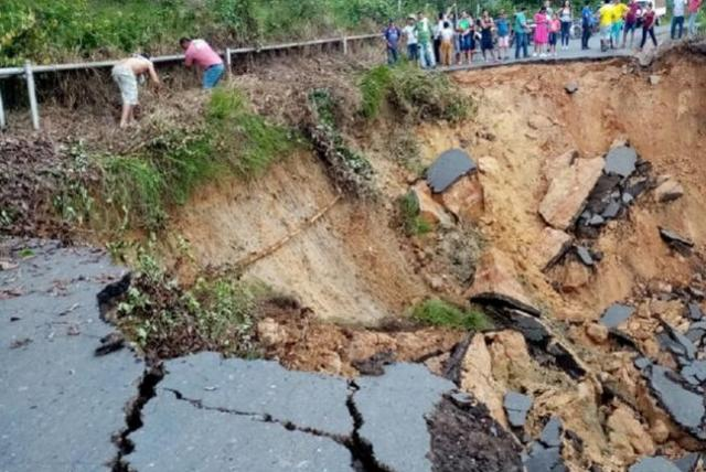 Impactante hundimiento colapsa una vía de Santander