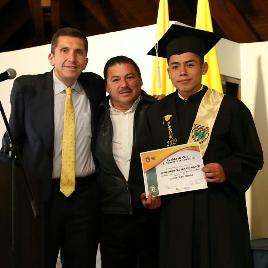 Con una intervención musical y con una sonrisa que iluminó sus rostros 77 estudiantes del colegio Cerca de Piedra recibieron su grado promoción 2019.