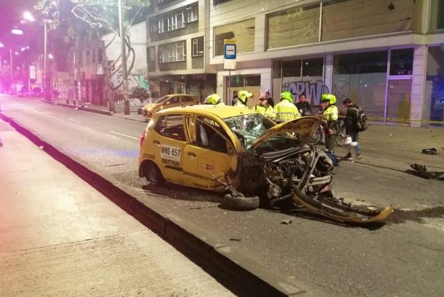 Impresionante robo con fusiles, chalecos antibalas y un taxi destruido