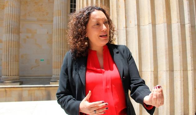 Presentan demanda contra Angélica Lozano por estar casada con Claudia López