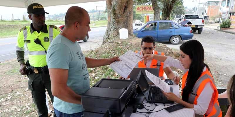 Más de 300 vehículos en mora de impuestos descubiertos en puestos de control de la Secretaría de Hacienda de Cundinamarca.