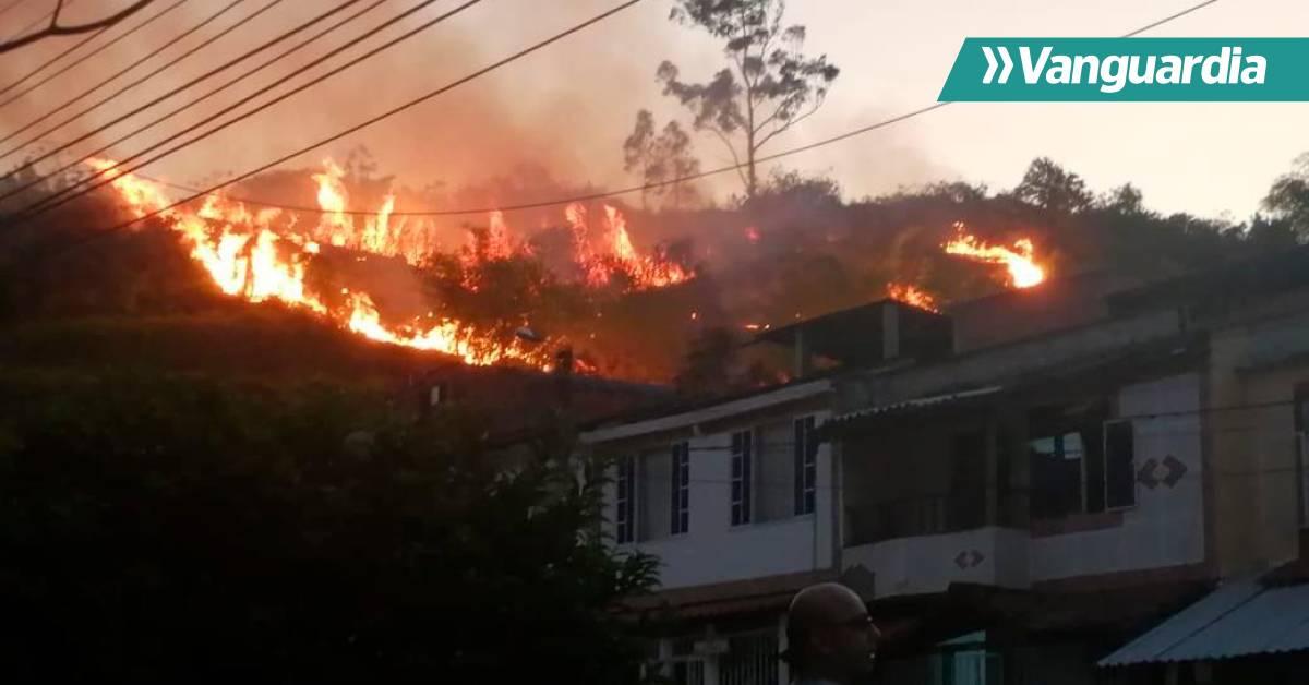Bomberos de Piedecuesta controlaron incendio forestal en el cerro La Cantera