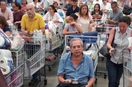 """""""¡Como pan caliente!"""": bogotanos se dejan llevar del pánico y van en masa a supermercados"""