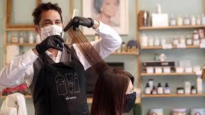 Peluquerías, salones de belleza y barberías podrán operar con cita previa