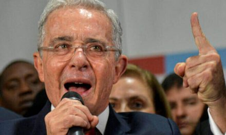 El caso de Álvaro Uribe por falsos testigos pasa a la Fiscalía