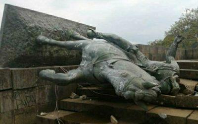Protesta indígena derriba estatua de Sebastián de Belalcázar