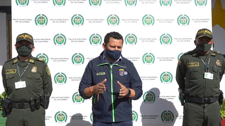 VÍDEO-  Alcalde de Chía Luis Carlos Segura se pronuncia acerca de las manifestaciones de los días anteriores, En compañía del comandante de policía Chia, Mayor Jonathan Peña