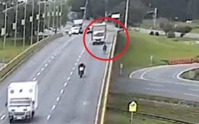 Libre conductor que lanzó a un ciclista de un puente en la autopista Bogotá – Tunja