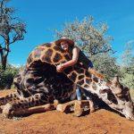 Mujer cazó a una jirafa y exhibió su corazón en redes sociales